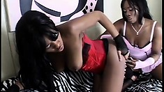 Two wild ebony eye candies love using their fingers in the sack